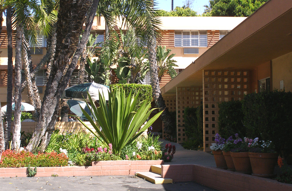 The park plaza lodge hotel was built in 1960 it was designed by