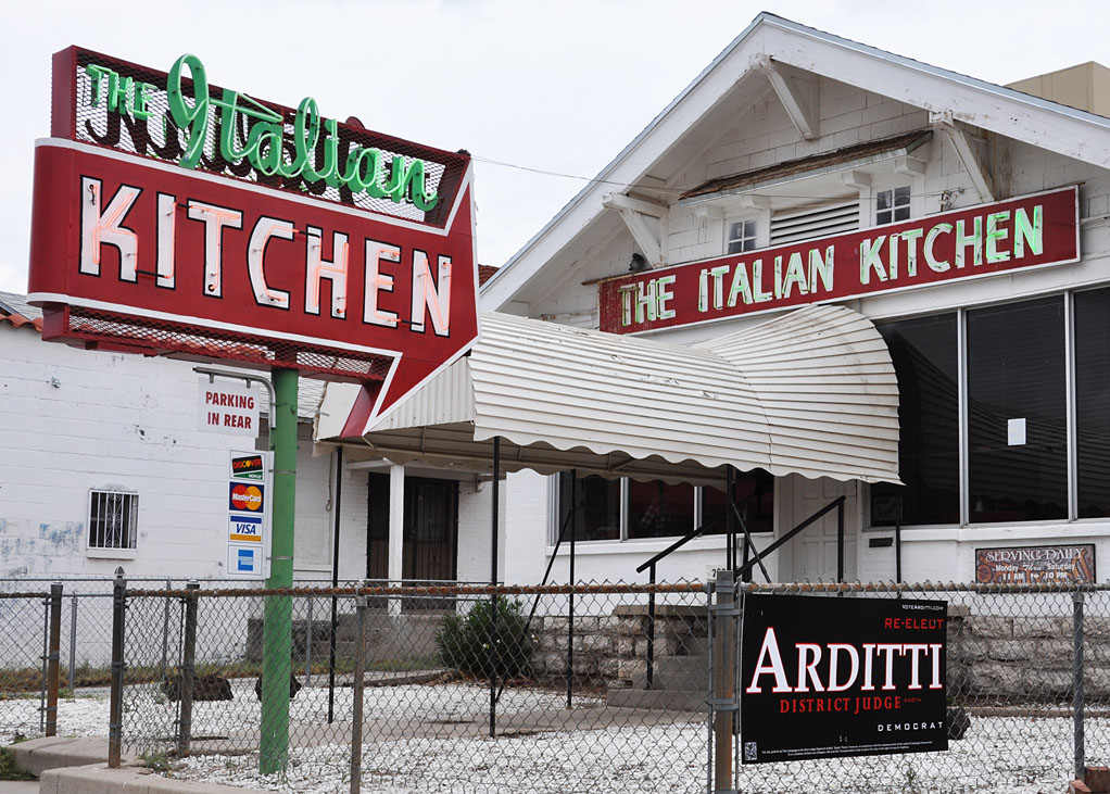 El paso signs for The italian kitchen restaurant