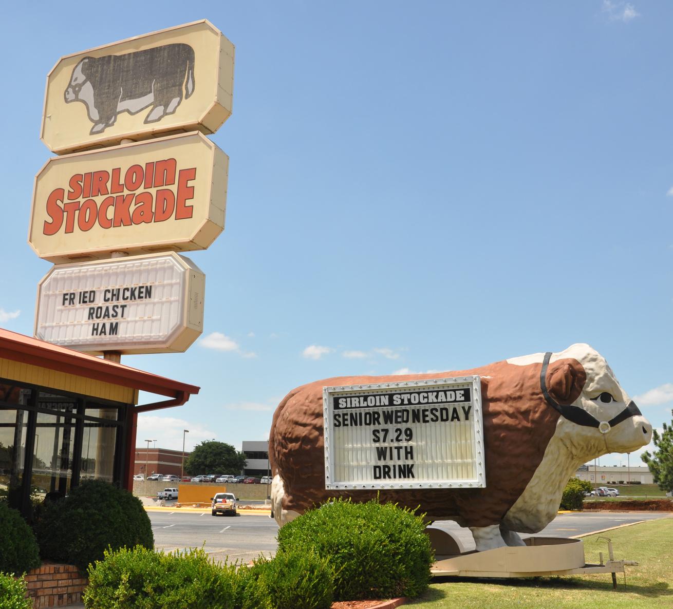 Bull Statues   RoadsideArchitecture com